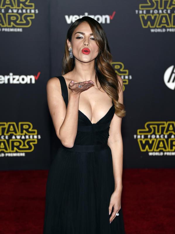 Eiza gonzalez blows kiss star wars premiere