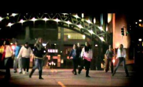 Kelly Clarkson Gets Her Flash Mob on in New Video