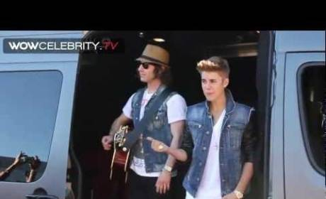 Justin Bieber Shocks Fans with Sidewalk Sing-Along