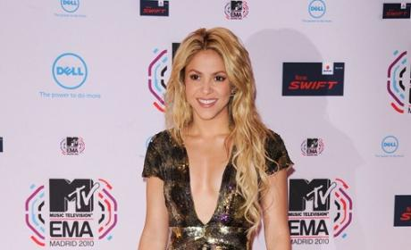 Do you prefer Shakira with curly hair or straight hair?