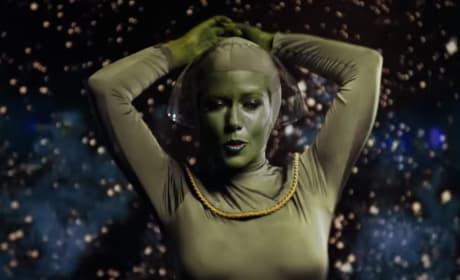 Kendra Wilkinson Makes Like an Alien