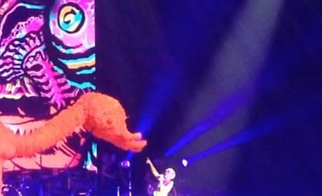 Miley Cyrus Disses Selena Gomez On Stage?!