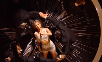 """Taylor Swift Performs """"Shake It Off"""" for First Time at MTV Video Music Awards"""