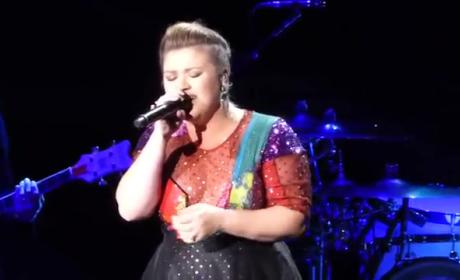 Kelly Clarkson Covers Taylor Swift in Concert
