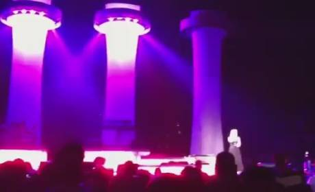 """Kelly Clarkson Relives """"A Moment Like This"""" in Concert"""