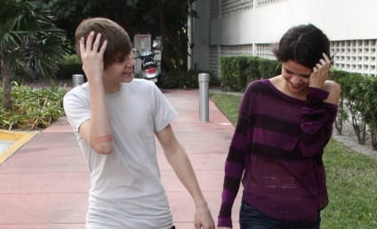 Justin Bieber and Selena Gomez Touch Hands in Miami!!!