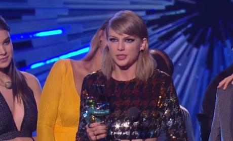 Taylor Swift Wins MTV VMA
