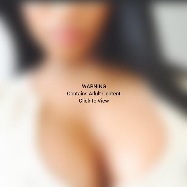 Nicki Minaj Cleavage Close-Up