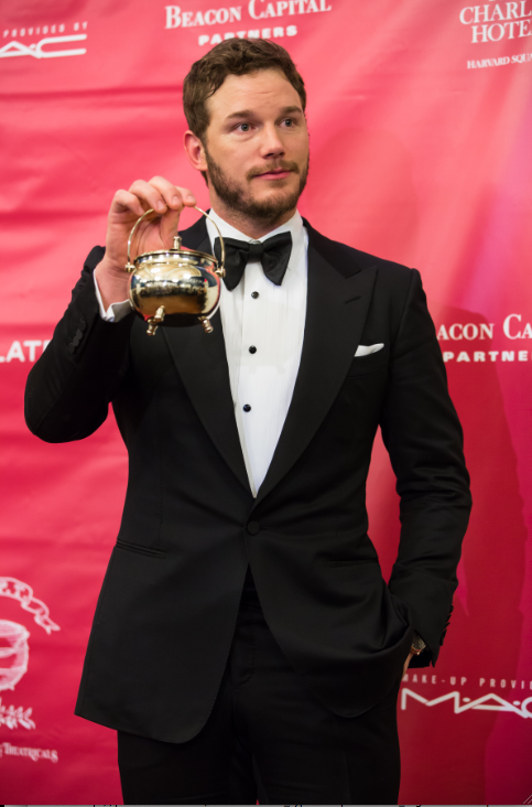 Chris pratt poses at reckless pudding awards