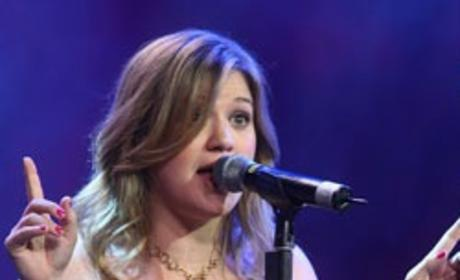 Kelly Clarkson: Pregnant, Fat or Fashion-Impaired?