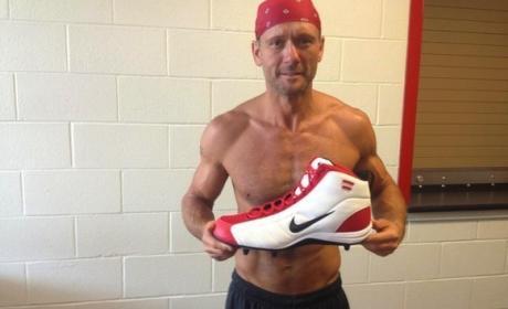 Tim McGraw: Shirtless, RIPPED on Twitter!