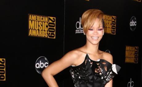 AMA Fashion Face-Off: Rihanna vs. Kristen Bell