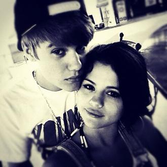 Selena and Justin Twit Pic