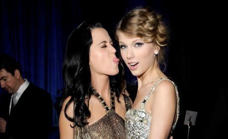 Katy Perry Taylor Swift Grammy Awards Icons Salute 2010
