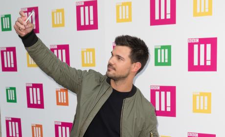 Taylor Lautner Attempts To Break Guinness World Record For Most Selfies in 3 Minutes