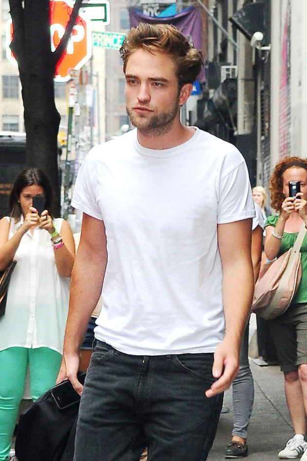 Robert Pattinson Sidewalk Photo
