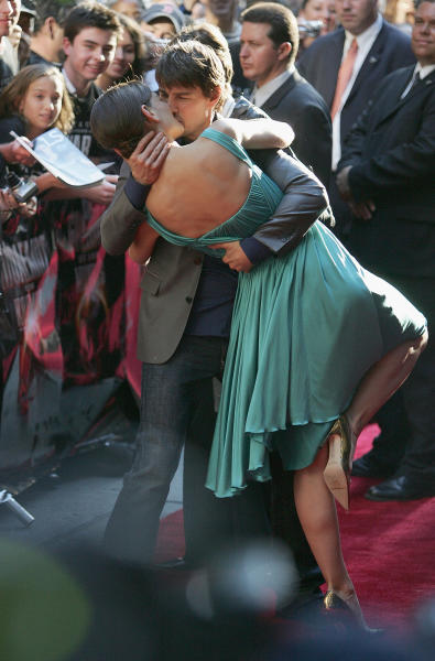 Tom Cruise Dips Katie Holmes Kiss War of The Worlds Premiere
