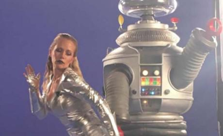 Kendra Wilkinson Dances with a Robot
