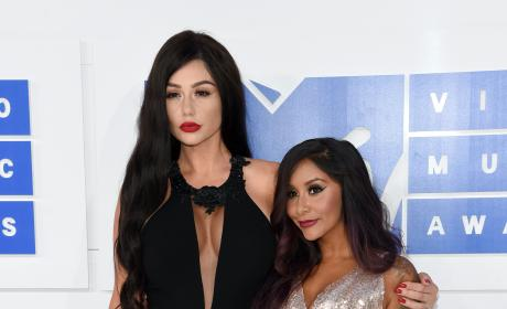 "Snooki Explains JWoww's Goth VMAs Look: ""She Needs To Smile!"""
