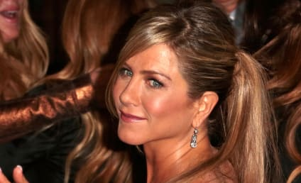Jennifer Aniston Cupping Marks: Spotted at Movie Premiere!