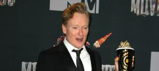 "Conan O'Brien Shows ""Dick Pic"" To Channing Tatum at MTV Movie Awards"