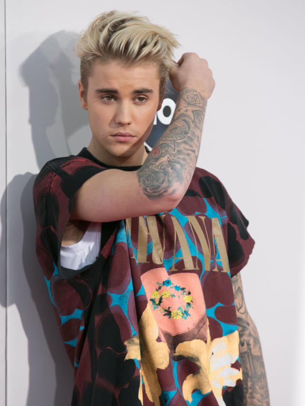 Justin Bieber At The Amas The Hollywood Gossip