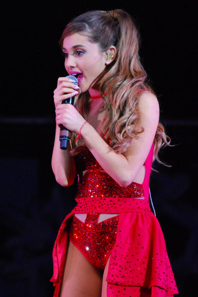 Ariana GrandeSinging Photo
