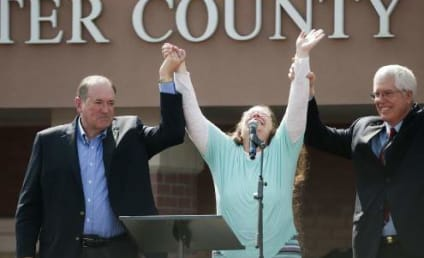Kim Davis and Mike Huckabee: Dissed by Survivor Singer!