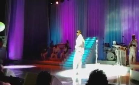 R. Kelly Sings for Security [Video]