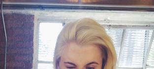 Do you like Ireland Baldwin better with blonde hair or purple hair?