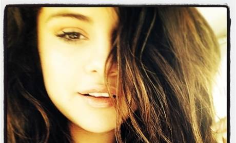 Selena Gomez: No Makeup Selfie Features Makeup?