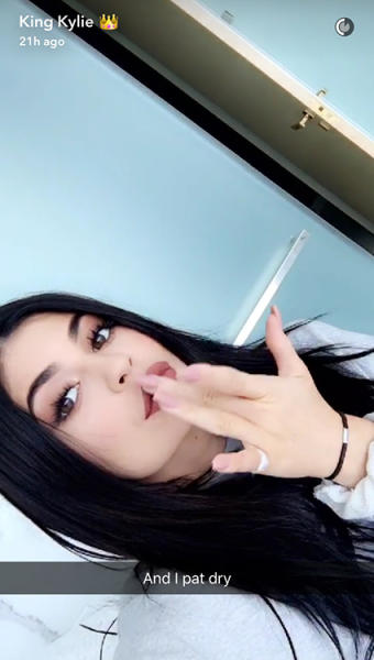 kylie jenner blots lips