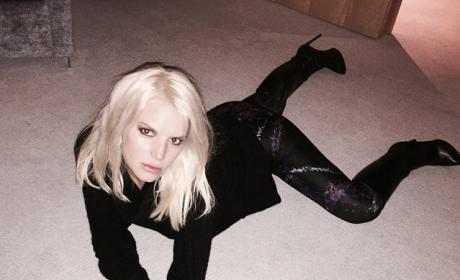 Jessica Simpson Posts Sexy Selfie, Apparently Loves Carpet