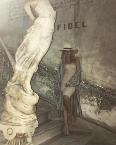 "Khloe Kardashian Poses Alongside ""Fidel"" Sign, Raies Internet Ire"