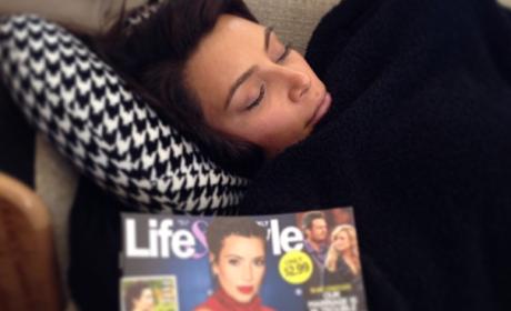 Kim Kardashian Katches Zzzzs, Mocks Recent Tabloid Story