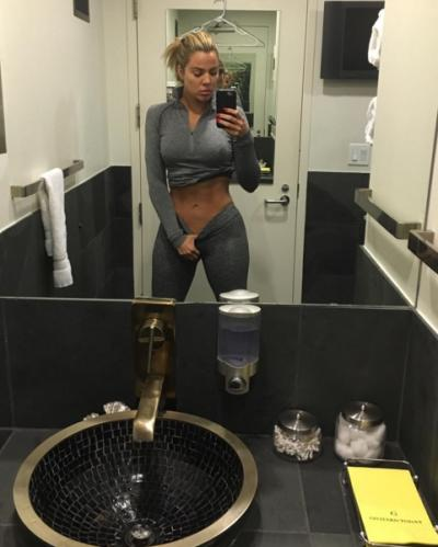 Khloe Kardashian gym selfie, unphotoshopped