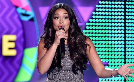 Gina Rodriguez Raps at 2015 Teen Choice Awards