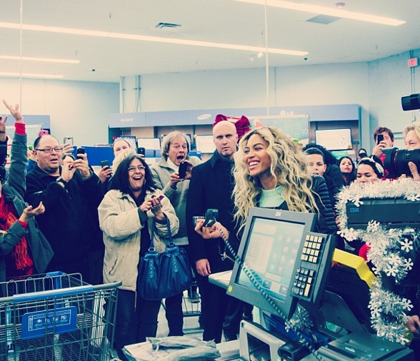 beyonce stuns walmart shoppers hands out gift cards the