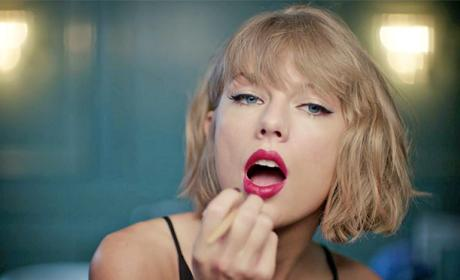 Taylor Swift Drops the Mic in Awesome Apple Ad