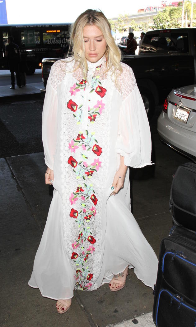 Kesha Catches a Flight Out of LA