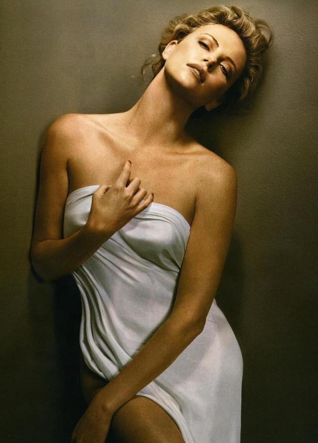 Falsificaciones desnudas de Charlize theron