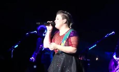 Kelly Clarkson in Concert: Who Did She Cover Now?