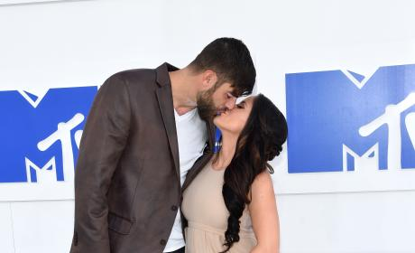 David Eason Kisses Jenelle Evans VMAs 2016