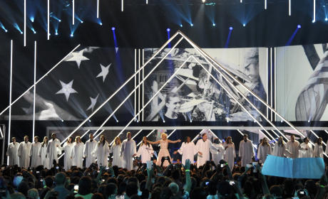 Carrie Underwood Dedicates CMT Awards Performance to Oklahoma Tornado Victims