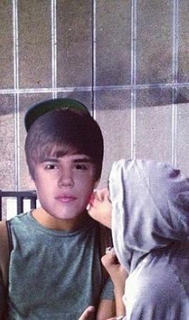 Rihanna Kissing Justin Bieber
