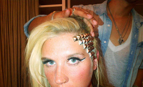 "Ke$ha Debuts ""Homeless Clown"" Hairstyle"