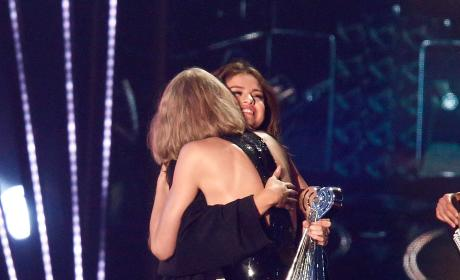 Selena Gomez Hugs Taylor Swift: 2016 iHeartRadio Music Awards