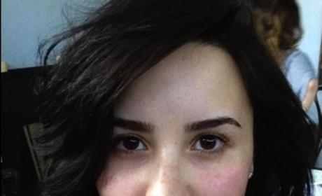 "Demi Lovato Goes Makeup Free, Encourages Girls to ""Be Brave"""