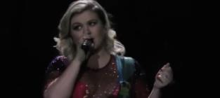 """Kelly Clarkson Honors Demi Lovato, Covers """"Cool for the Summer"""""""