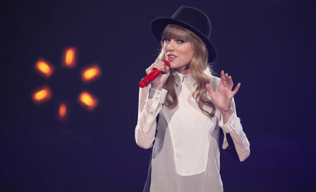 Taylor Swift and Harry Styles: Emailing A Lot!
